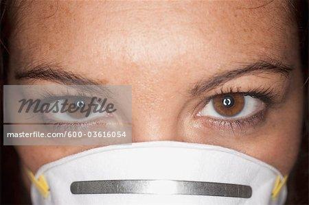 Nahaufnahme, Frau trägt eine Gesichtsmaske