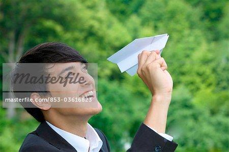 Unternehmer holding Spielzeugflugzeug, Profil