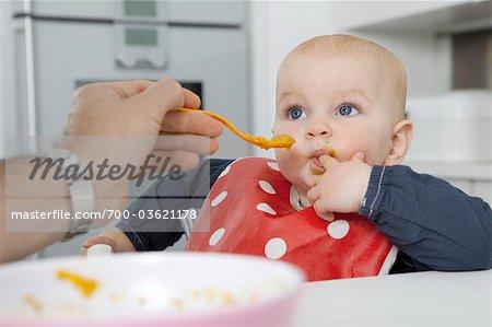 Père d'alimentation bébé fille
