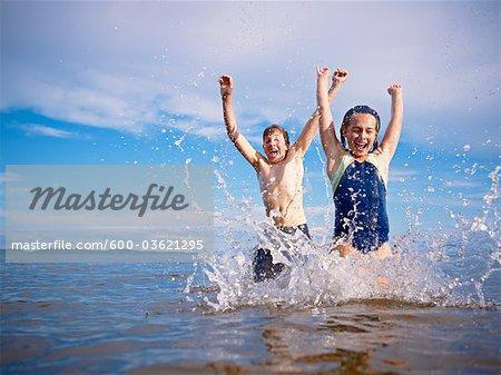 Garçon et fille jouant, lac Wanapitei, Sudbury, Ontario, Canada