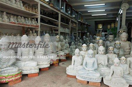 Statues de Bouddha en marbre blanc à vendre dans le quartier de la pagode Shwedagon, Rangoon, Division de Yangon au Myanmar