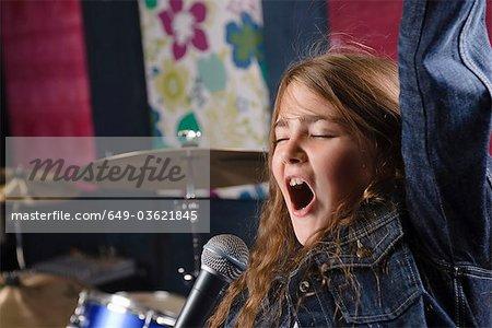 Junges Mädchen singen im studio