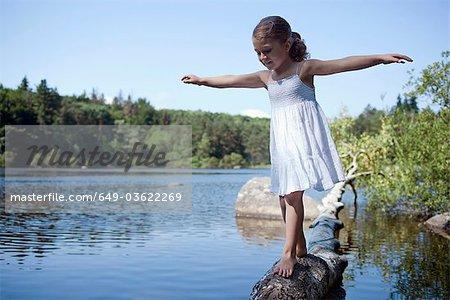 5Y fille près d'un lac