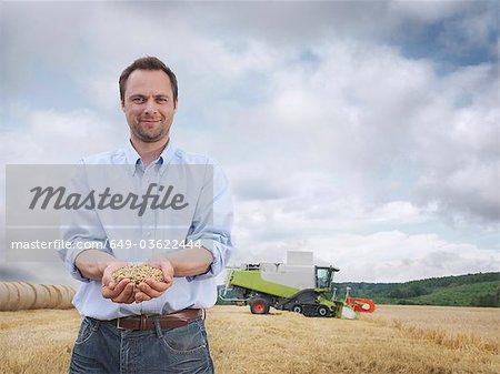 Agriculteur montrant une poignée de grain