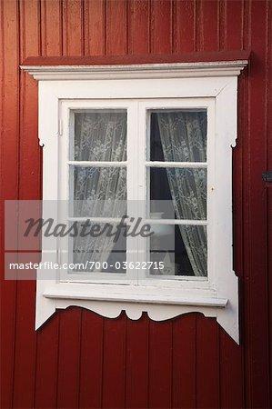 Fenêtre avec des rideaux en dentelle