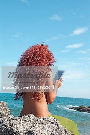 Frau auf dem Seeweg mit e-book