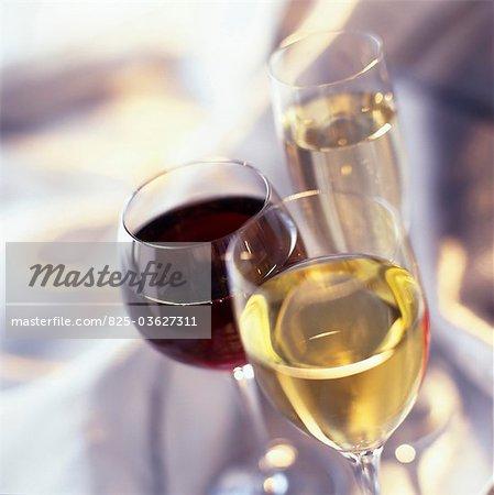 Gläser Wein und Champagner