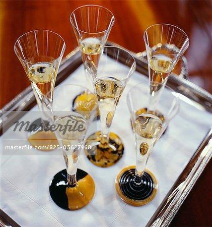 Gläser Champagner auf einem Tablett