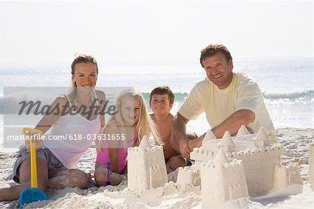 Sandcastle édifice familial sur la plage