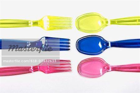 La fourchette est à l'opposé de trois couleurs de cuillères de couleur