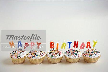Cupcakes mit Herzlichen Glückwunsch zum Geburtstagskerzen
