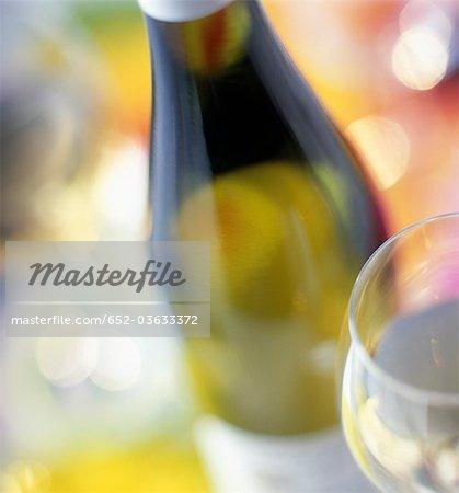 Bouteille et verre de vin blanc