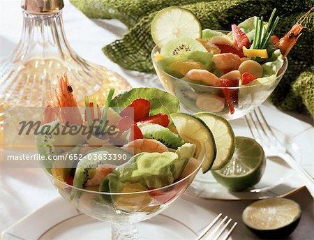 Salade de crevettes et de kiwi