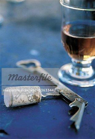 Verre de rosé vin et corkskrew