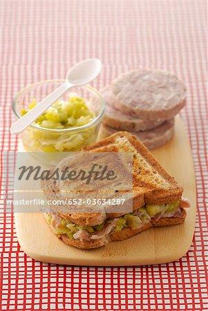 Guéméné Chitterlings Wurst geröstet Sandwich mit Lauch-fondue