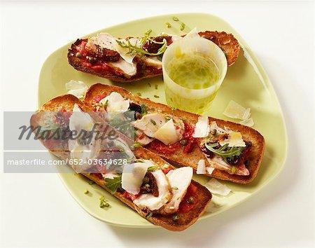 Poulets tomates séchées et parmesan ouvrent sandwiches