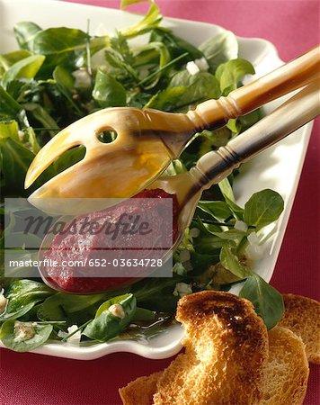 Salade de mâche au caviar de betterave