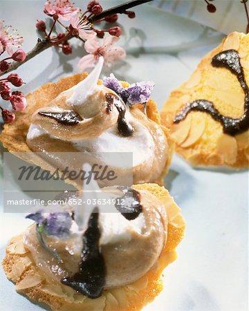 Upside down tuile biscuits remplis de mousse de marron