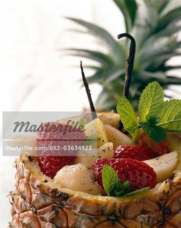 Salade de fruits servi dans un ananas