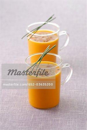Tasses en verre de soupe aux carottes