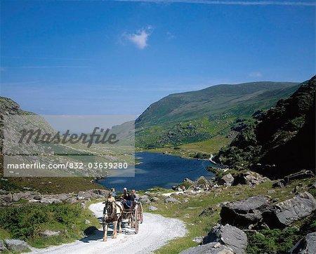 GAP Of Dunloe, Killarney, County Kerry, Irland; Gruppe von unterwegs auf einem Pferdewagen