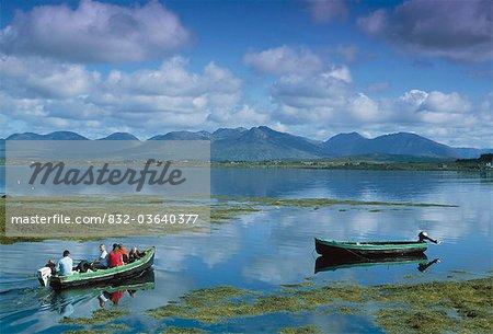 Connemara, co. Galway, Irlande ; Famille en bateau sur le lac