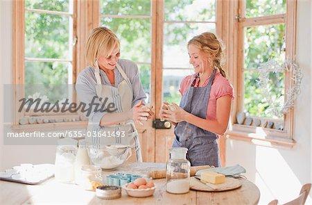 Mutter und Tochter backen in der Küche