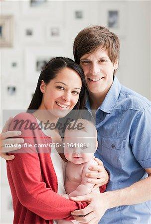 Parents souriant sourire tenir bébé