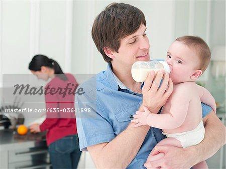 Père alimentation biberon de lait