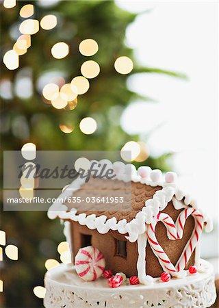 Lebkuchenhaus vor dem Weihnachtsbaum