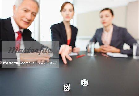 Jets de dés sur la table de la salle Conférence de gens d'affaires