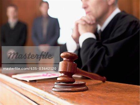 Juge et président dans la salle d'audience