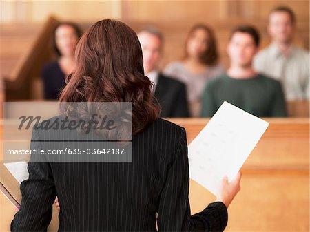 Rechtsanwalt Dokument halten und im Gespräch mit der Jury im Gerichtssaal
