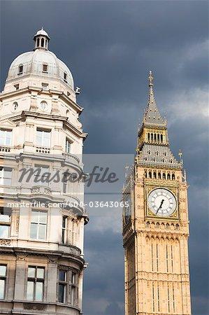 Big Ben et le bâtiment en face de ciel orageux, Westminster, Londres, Angleterre