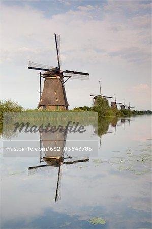 Moulins à vent qui reflète dans les eaux de polder, Kinderdijk, Nieuw-Lekkerland, Pays-Bas