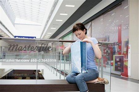 Junge Frau sitzt im neuen Voronezh-Einkaufszentrum