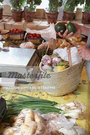 Femme Shopping au marché, St Tropez, Var, Provence, Provence-Alpes-Cote d'Azur, France