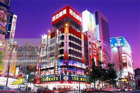 Japon, Tokyo, vue de nuit de magasins à Akihabara, quartier électrique