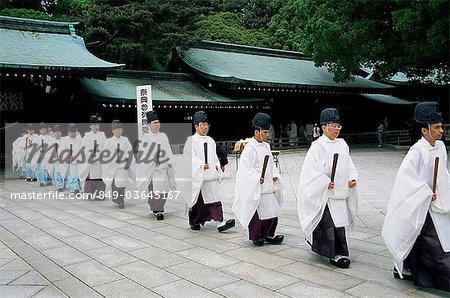 Japon, Tokyo, Temple Meiji Jingu, ligne de prêtres