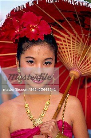 Thaïlande, Chiang Mai, Portrait de jeune fille en Costume thaï traditionnel au Festival des fleurs de Chiang Mai