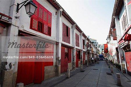 Ruelle avec portes rouges à Macao