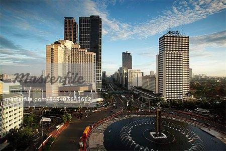 Vue du rond-point, Monument de bienvenue et bâtiments le long de Jalan Thamrin, Jakarta hôtel Indonésie