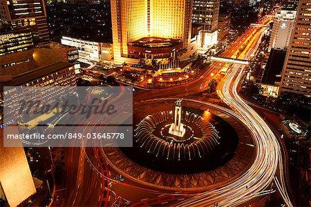 Vue vespérale du rond-point de l'hôtel Indonesia, Monument de bienvenue le long de Jalan Thamrin, Jakarta