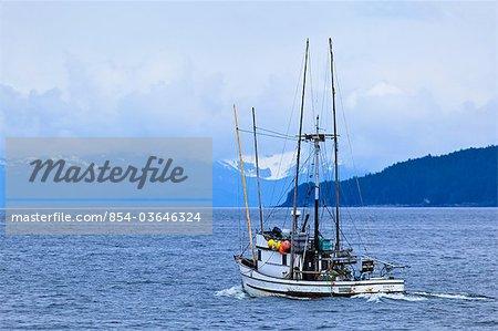 Ligneur commercial à saumon * Avalon * laissant Juneau sur une journée nuageuse, sud-est de l'Alaska, l'été