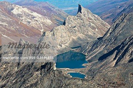 Luftbild von Türkis hohen Bergseen in den Arrigetch Gipfeln der Berge in Endicott, Brooks Range, Tore der Arctic National Park & Preserve, Arktische Alaska, Sommer