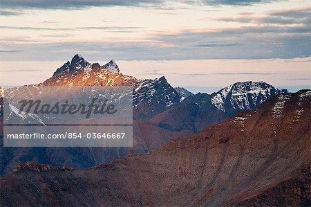 Boreal Mountain, einem der Tore der Arktis, fängt das erste Licht des Morgens Licht im Tore der Arctic National Park & Preserve, Arktische Alaska, Herbst