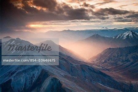Luftbild vom Morgenlicht durchschimmern a Rainstorm in der Brooks Range, Tore der Arctic National Park & Preserve, Arktische Alaska, Herbst