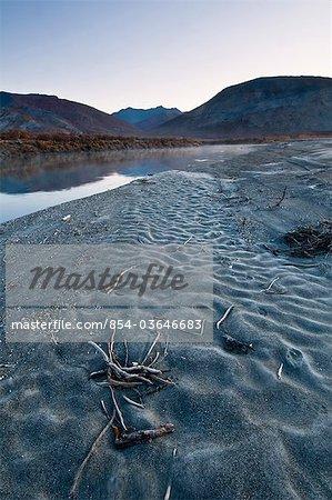 Vue angle faible sur un banc de gravier sablonneux le long de la rivière Noatak dans les portes de l'automne Arctique Parc National Preserve &, Arctique de l'Alaska,