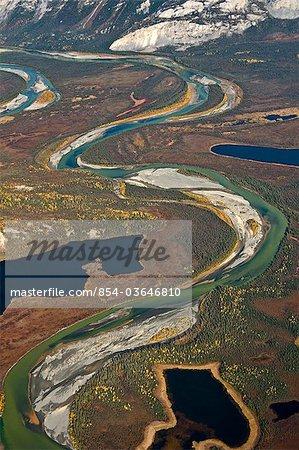 Vue aérienne de la rivière Alatna National Wild et une Scenic River, son chemin à travers la chaîne de Brooks d'enroulement dans les portes de l'automne Arctique Parc National Preserve &, Arctique de l'Alaska,