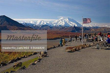 Groupe de touristes vue Mt. McKinley, dégagé de l'intérieur Eielson Visitor Center, le Parc National Denali, en Alaska, automne